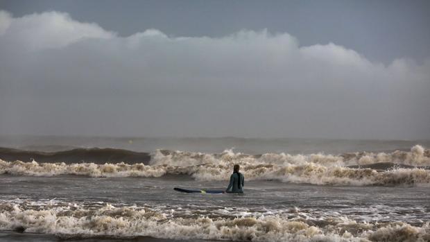 Imagen de un bañista en la playa de Las Arenas de Valencia