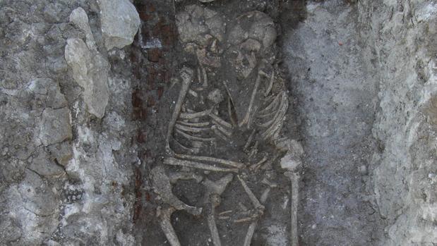 Los restos de una madre y su hijo encontrados en la necrópolis de Vicálvaro