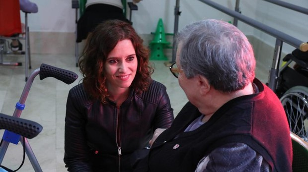 Isabel Díaz Ayuso, durante su visita a una residencia de mayores de Sevilla la Nueva