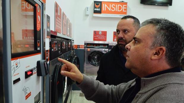 Jacinto Ortega atiende explicaciones sobre cómo funciona el nuevo sistema para lavar la ropa gratis