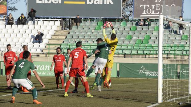 El meta Fran atrapa un balón por alto del Toledo en su área