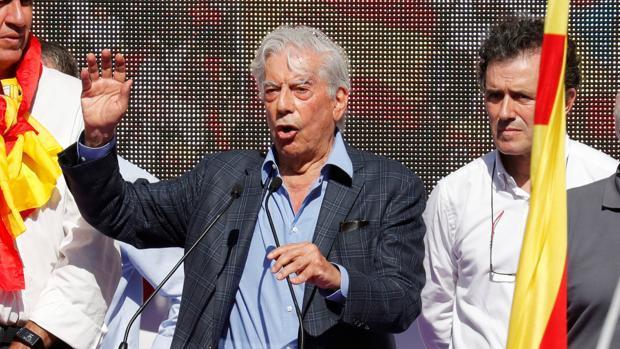 Vargas Llosa, durante la manifestación posterior al referéndum ilegal en Barcelona