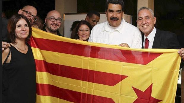 """Nicolás Maduro, fotografiado en Caracas con una """"estelada"""" junto a varios activistas de la izquierda independentista"""