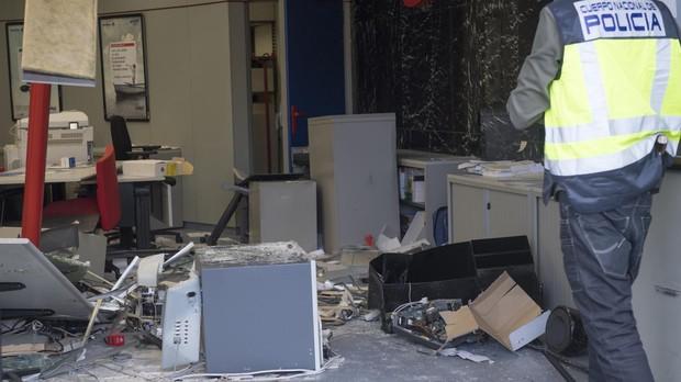 La Policía Nacional, en una sucursal de Ibercaja asaltada en octubre, en el polígono La Garena, de Alcalá