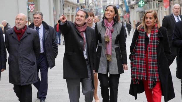 Reyes Maroto, en el centro, con el alcalde de Vigo Abel Caballero y la presidenta de la Diputación de Pontevedra
