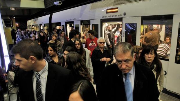 Usuarios del metro de Valencia durante una jornada de huelga con paros parciales