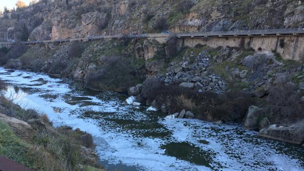 El río Tajo, a su paso por Toledo, la semana pasada cubierto de espuma
