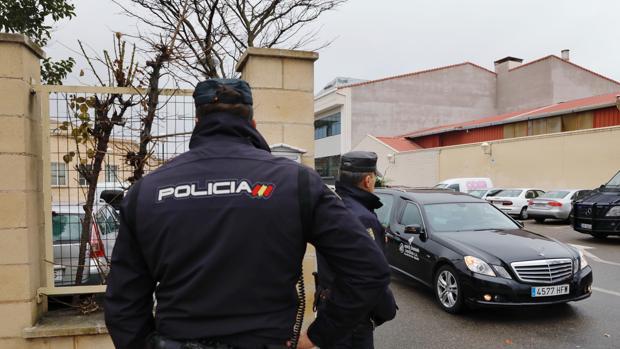 Un coche de la funeraria investigada sale de sus instalaciones en Valladolid