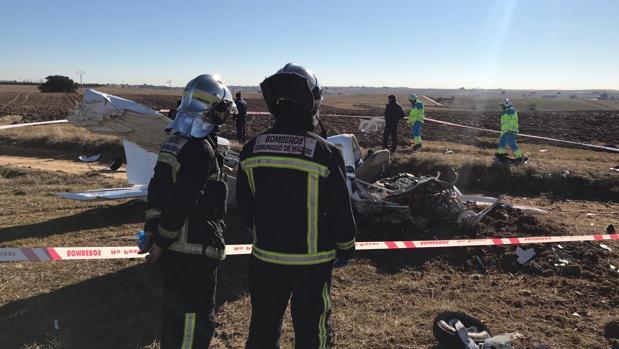 Los equipos de Bomberos y emergencias del Summa-112, en el lugar del accidente