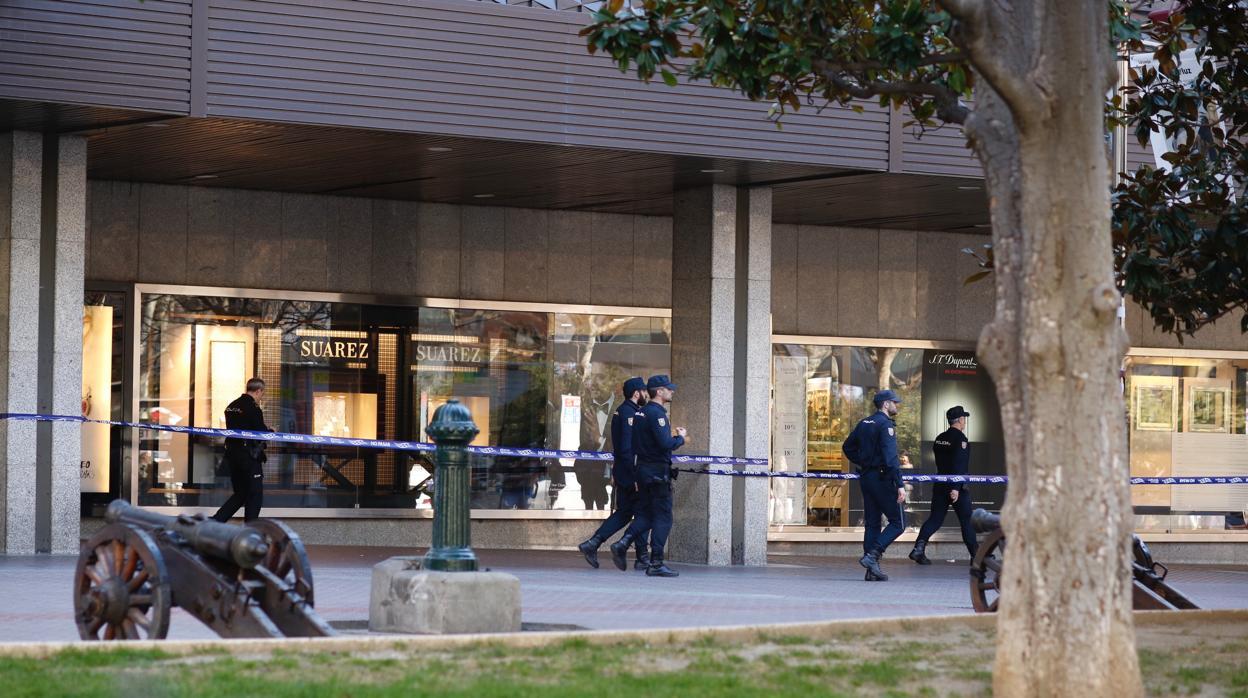 Evacuado y acordonado el edificio de El Corte Inglés del centro de Zaragoza por un incendio