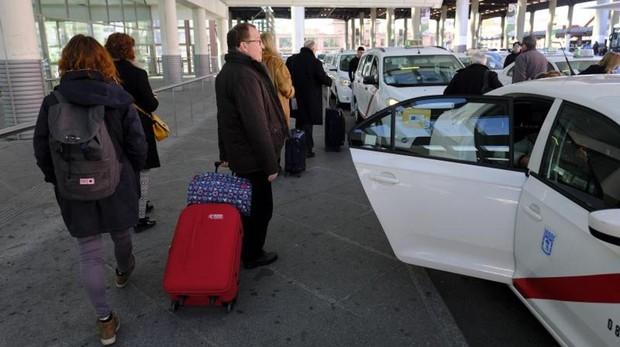 Usuarios haciendo cola para coger un taxi en Atocha