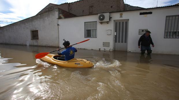 Un lugareño, en canoa por las calles de Novillas (Zaragoza) durante las inundaciones del Ebro de 2015