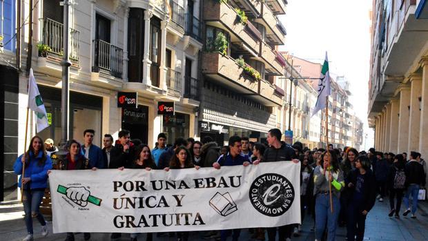 Estudiantes de Secundaria y Bachillerato secundaron ayer una huelga en defensa de una prueba única de la EBAU