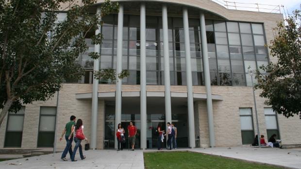 Entrada a la Facultad de Medicina de la Universidad Miguel Hernández