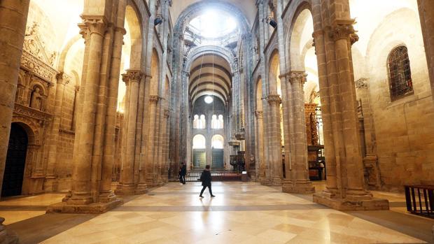 Interior de la Catedral de Santiago tras la retirada del mobiliario para acometer las obras de restauración