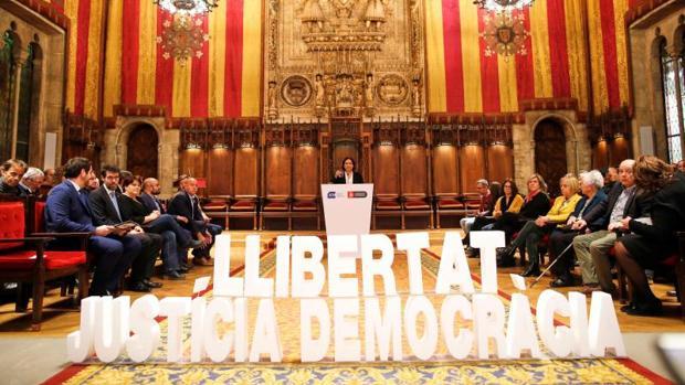 Un momento de la intervención de Ada Colau en el acto de hoy en el Salón de Ciento de Barcelona