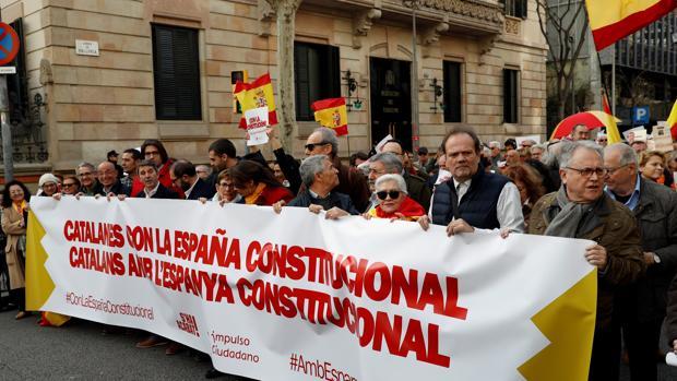 Cabecera de la manifestación frente a la Delegación del Gobierno en Barcelona, bajo el lema «Catalanes con la España constitucional»