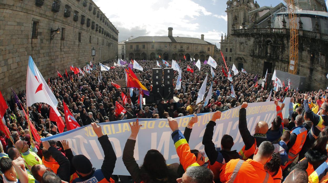 Miles de personas se manifiestan en Santiago en defensa de la sanidad pública