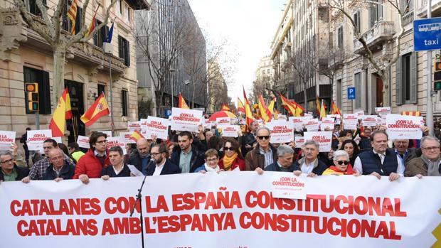 Momento en el que Rafael Arenas lee el manifiesto de la concentración en Barcelona