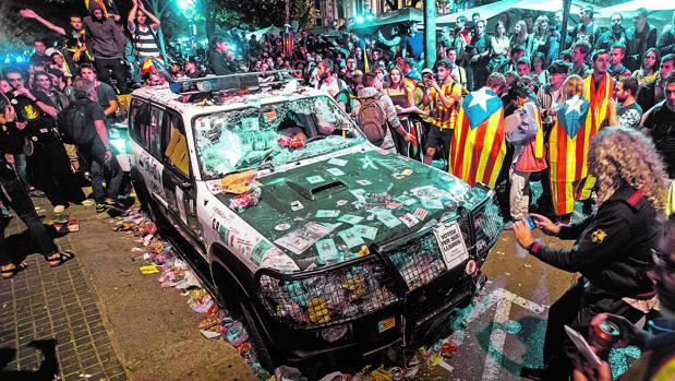 Asedio independentista ante la Consejería de Economía de Barcelona, en septiembre de 2017