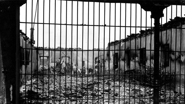 """Uno de los dormitorios que quedó totalmente destruido por el fuego (Foto, Julio Duque. """"ABC"""")"""