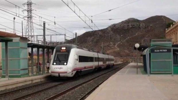 Un tren en la estación de Elda-Petrer