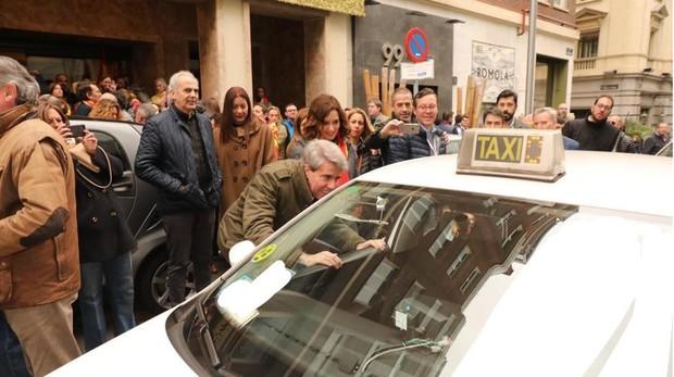 Ángel Garrido dialoga, antes de la concentración de Colón, con el taxista