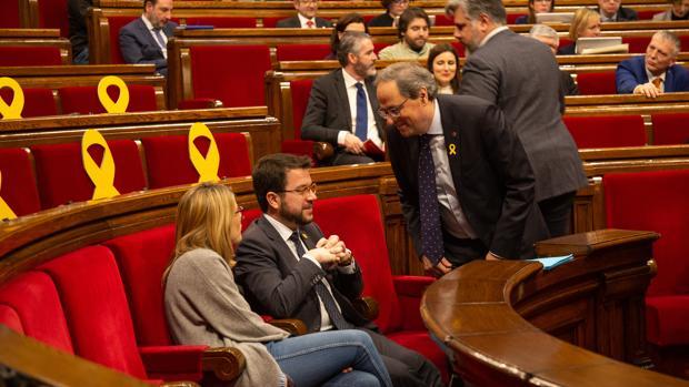 El presidente de la Generalitat, Quim Torra (d) habla con el vicepresidente de la Generalitat, Pere Aragonès, y la consellera de Presidencia, Elsa Atardi, durante un pleno en el Parlament