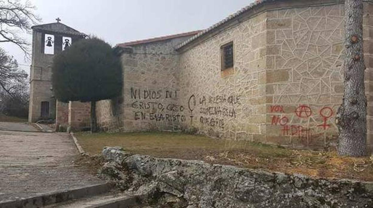 Denuncian pintadas en dos templos de Ávila en los que se puede leer «Iglesia que ilumina es la que arde»