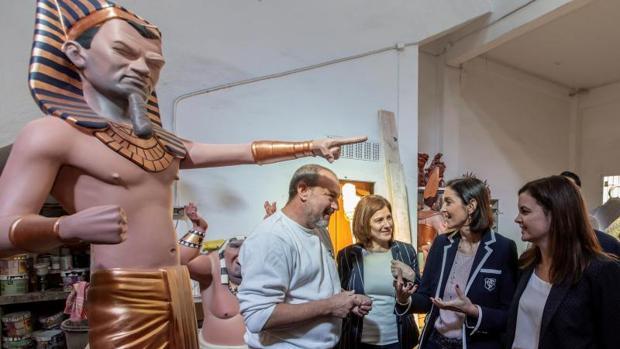 La concejal Sandra Gómez con la ministra Reyes Maroto en una visita al taller de un artista fallero, la semana pasada