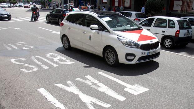 Un taxi en servicios minimos en Pontevedra durante una huelga para protestar contra las VTC