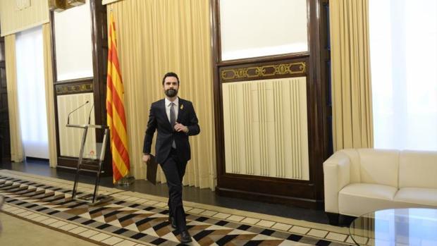Roger Torrent, tras anunciar el aplazamiento de la investidura de Puigdemont, en enero de 2018
