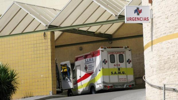 Una ambulancia del SAMU en Urgencias del Hospital General de Alicante