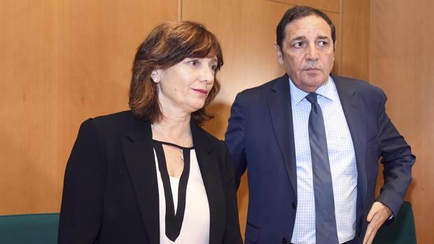 El consejero Antonio Sáez junto a la gerente de Primaria de Burgos, Aser Morato