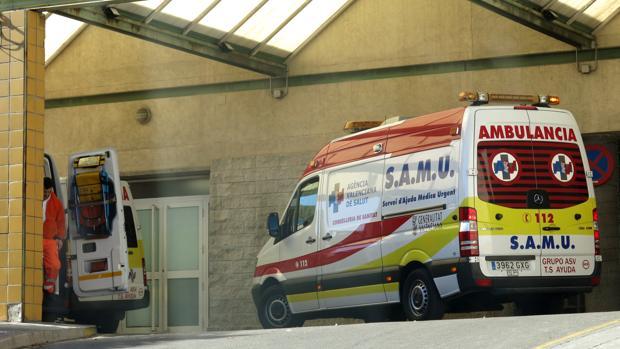 Imagen de archivo de una ambulancia del SAMU en el Hospital de Alicante