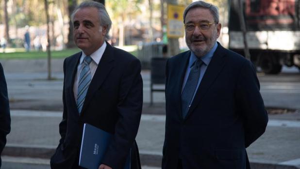 Serra (d.) y su abogado Pau Molins, entrando en una de las sesiones del juicio
