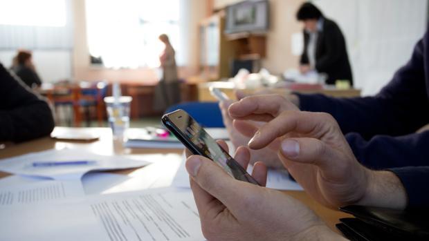 Una persona emplea un teléfono móvil