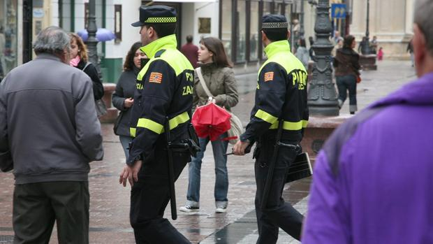 Dos policías locales, patrullando a pie por el centro de Zaragoza