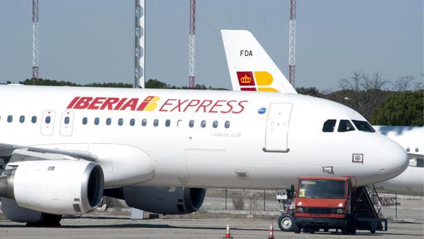 Imagend e archivo de un avión de la aerolínea Iberia en el aeropuerto de Alicante