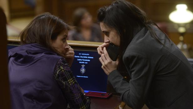 La portavoz del Congreso, Adriana Lastra, conversaba este martes con la portavoz de Podemos, Irene Montero, en el hemiciclo