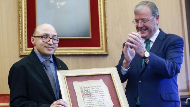El alcalde de León, Antonio Silván, preside el acto de reconocimiento al actor leonés Jesús Vidal Navarro, Premio Goya al Actor Revelación por su papel en la película «Campeones»