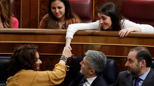 La ministra Montero saluda a la portavoz de Unidos Podemos en el Congreso