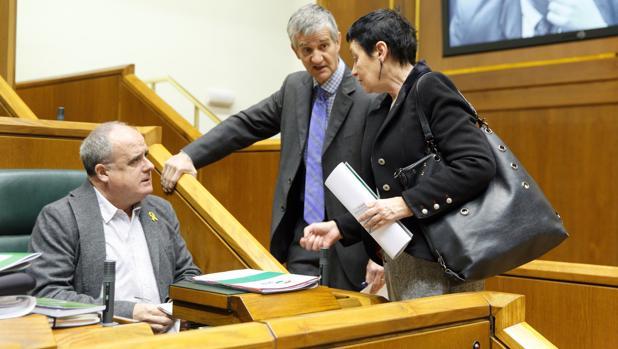 El portavoz del PNV, Joseba Egibar (i), y la parlamentaria de EH Bildu Jone Goirizelaia (d)