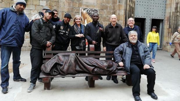 Feligreses de la parroquia de Santa Anna, con el padre Peio Sánchez, sentado