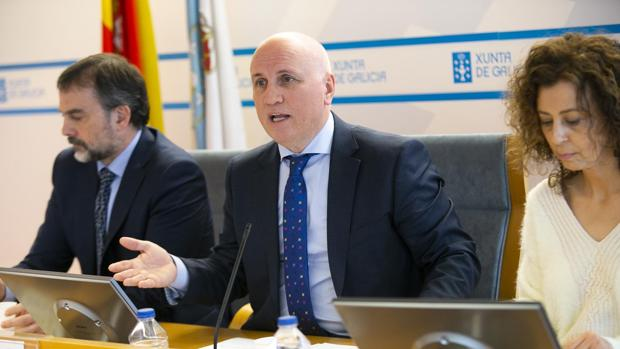 Fernandez-Campa, en el centro, en la rueda de prensa para presentar los datos del Sergas