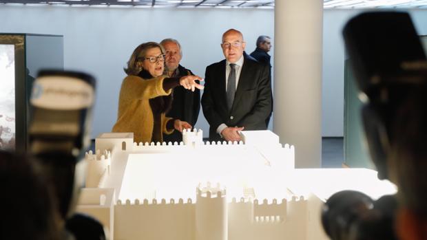 Jesús Julio Carnero recibe las explicaciones de la directora del Museo de Valladolid, Eloísa Wattenberg, ante la maqueta de un castillo