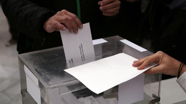 Un votante deposita su papeleta en una urna