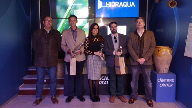 Los premiados, junto a Pepe Soto (izda.) presidente de la APA, y Martín Sanz, de Hidraqua