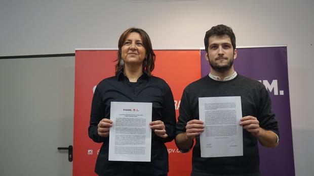 Rosa Pérez Garijo y Antonio Estañ, en la firma del preacuerdo entre Podem y Eu
