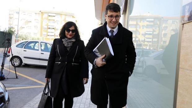 Miriam Santamaría y Aitor Prieto, abogados defensores de dos de los investigados en el caso, llegando a los juzgados